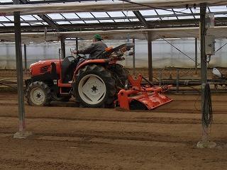 トラクターで土作り